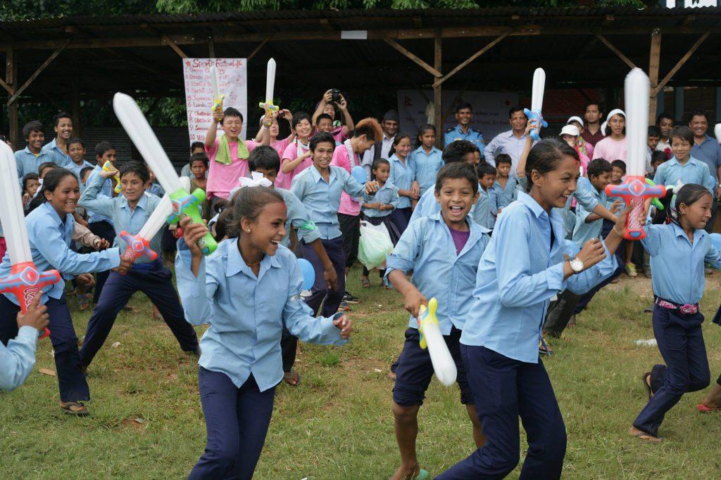チャンバラを楽しむネパールの子供たち